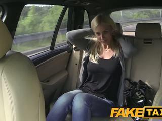 Fake taxi 大きい ティッツ と 素晴らしい curvy ボディ sucks ディック