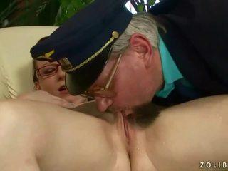 Two grandpas neuken en urineren op rondborstig meisje