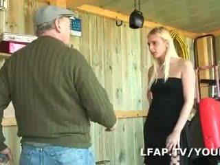Cô gái tóc vàng francaise sodomisee dans un kế hoạch một trois avec papy
