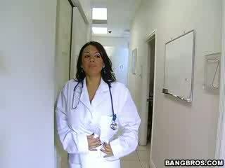 Medic fulfills henne ekkel needs