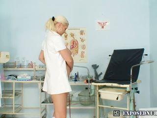 Vies blondine verpleegster met groot bazookas sticks donker dildo omhoog haar twat