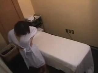 Aziatike vajzë gets më shumë se një normal masazh