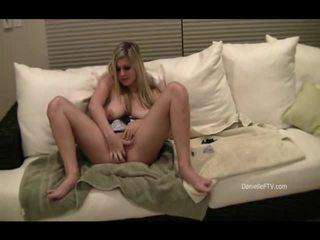 Danielle inserts parels binnenin haar slit