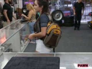 Universidade gaja flashes dela tetas e banged em o pawnshop