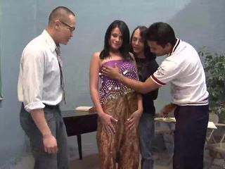 Tre tur guys licking ett ganska indisk hustru