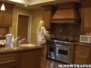 блондинки, дітки, кухня
