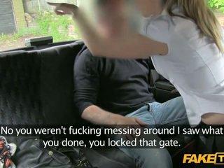 Larg detyrë polic grua enters një fake taxi