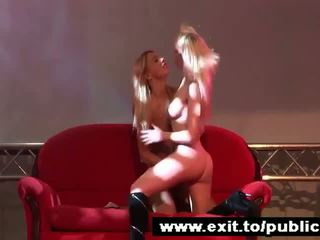 Publiek lesbisch dildo actie 2 blondine beauties video-