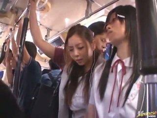 Shameless perverzné čánske females having funtime okolo bananas v verejnosť autobus