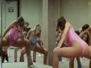 Sexy ragazze doing aerobics exercises in un eccentrico modo