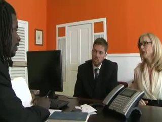 Zwart bro licking mooi vrouw in de kantoor
