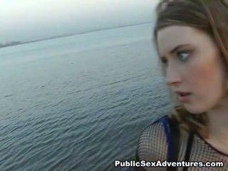 Meitene uz fishnets blowing