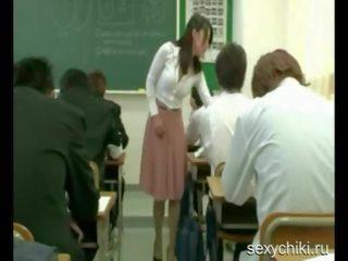 The skolotāja ir trying līdz vadīt a lesson ar a vibrātors uz viņai apakšveļa