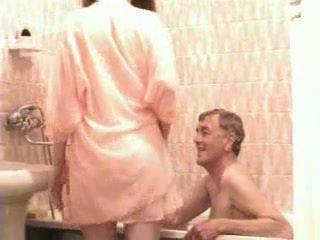 Oud man en jong meisje baden
