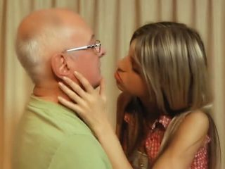 брюнетка, тънък, целуване