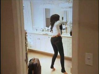 Kim kardashian flashes dia oustanding payudara dan montok anus sementara di sofa
