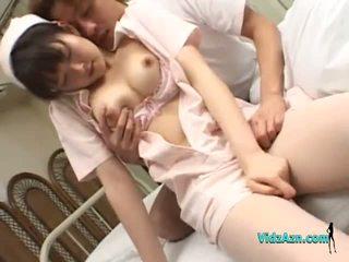 Asain verpleegster getting haar tieten rubbed poesje fingered door een patiënt op de bed in de ziekenhuis