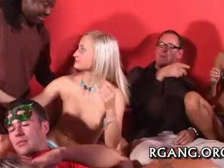 Scared virgin gives omhoog