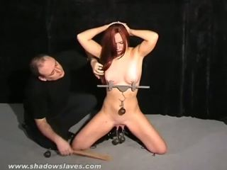 Roodharige submissives mees marteling en extreem domina