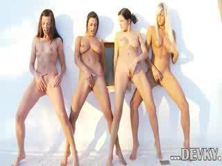 Чотири лесбіянка dolls фінгерінг разом