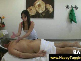 Thaimaalainen masseuse fucks asiakas ja merkkeihin häntä kumulat