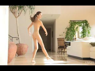 Claire stretching pak doing ballet na hudba