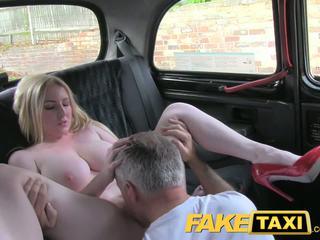 Faketaxi 金發 重磅炸彈 同 大 奶 gets 美麗 體內射精 在 taxi