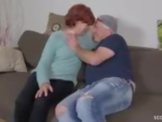 Langkah anak menggoda hodoh berambut lebat nenek kepada fuck dan menelan