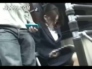 Kantor wanita seduced kacau oleh geek di bis