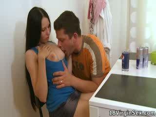 Ami rides henne mans kuk til den første tid filling henne fitte med nytelse.