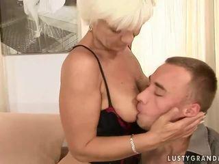 Oma en haar jong boyfriend enjoying heet seks