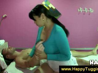 Prsnaté ázijské masseuse offers a robenie rukou