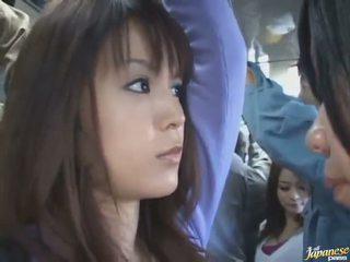 Utomhus nudism skott av en söt kinesiska i en crowded tåg