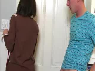 Milf convinces babe til suge kuk med henne