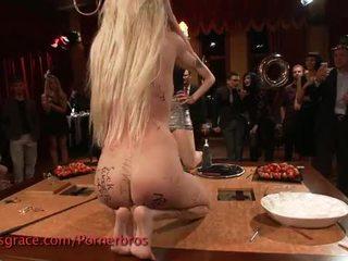 Blondine bips geneukt en humiliated in publiek