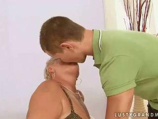 Vet grootmoeder enjoys seks met een jongen