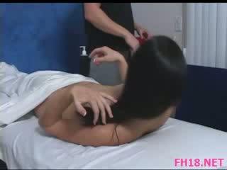 Karstās mazulīte plays ar dzimumloceklis