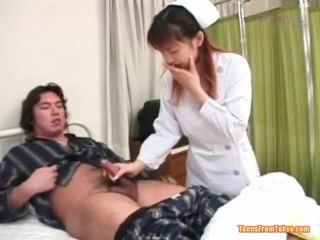 Orjentale infermiere duke luajtur larg