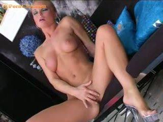 Silvia saint masturbates cu ei nou vibrator