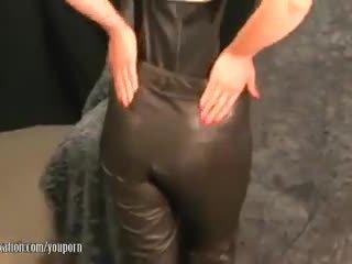 Sexy mdtq takes larg pants dhe plays me e lëngëshme zonjë lips