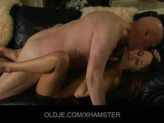 Vana abielumees catches tema noor abielunaine masturbeerimine