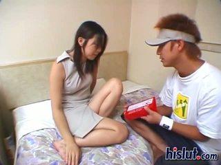 E lezetshme aziatike adoleshent gets të saj me lesh kastor rammed