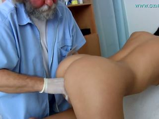 طبي examination بواسطة ل curious الطبيب.