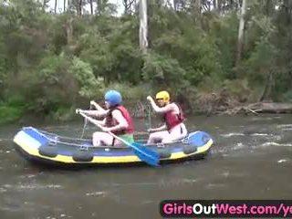 Tóc rậm nghiệp dư cô gái fingered trong rafting có ba người