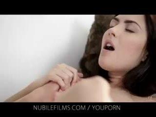 Nubile filma - jos gražus mergina licks putė taip geras
