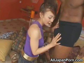 Petite asiatique sucks 10 inch noir bite!