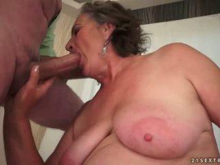 Szőrös nagyi enjoying szemérmetlen szex
