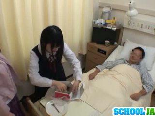 Ázijské školáčka visits male priateľ v nemocnica pre a