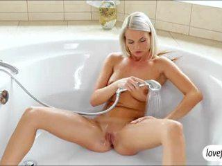 Alluring gros seins blonde nana jessie jazz baisée passionately après bath