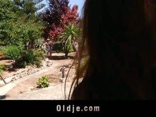 Hooters jovem landlady fucks dela velho gardener